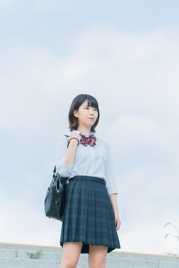 未来を見ている女子学生のフリー素材